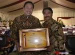 AGA da Dr. Adhyaksa Dault (Penghargaan dari Menpora)